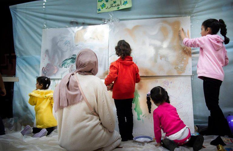 niñas pintando cuadros